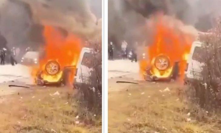 Digjen dy vetura në rrugën Klinë-Pejë, ka të lënduar (VIDEO)