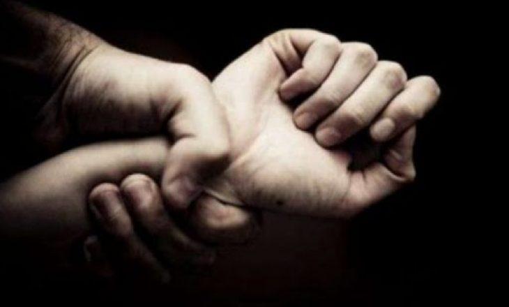 Burri dhe motra ushtronin dhunë mbi gjakovaren që të bashkohet me bashkëshortin
