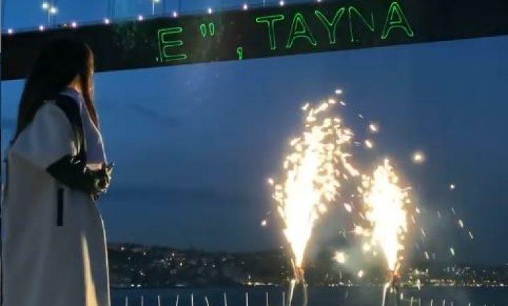 Surprizë Tayna! Një mesazh për reperen në urën e Bosforit