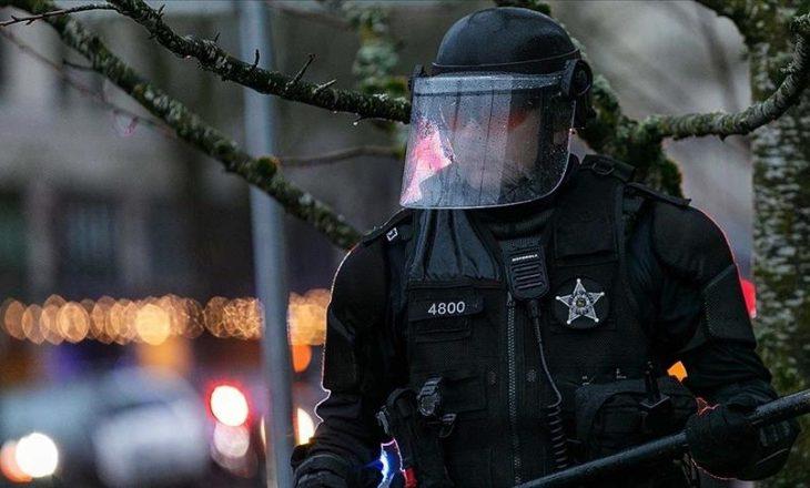 Protestues nga ekstremi i majtë sulmuan selinë e Partisë Demokratike në Portland të SHBA-së
