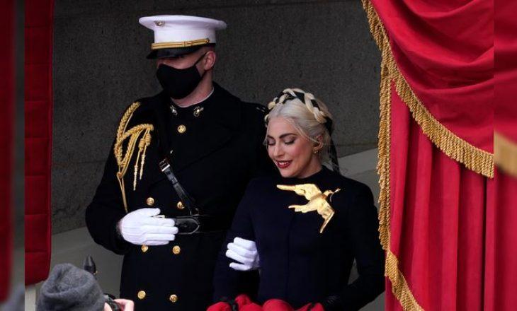 """Veshja kuq e zi e Lady Gaga-s në ditën e inaugurimit krahasohet me """"Hunger Games"""""""