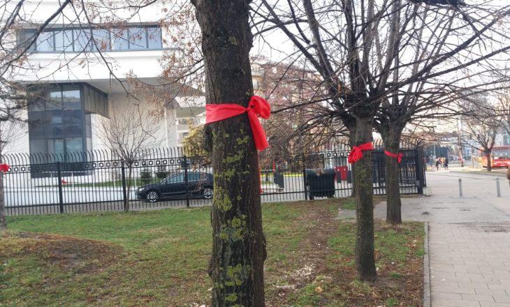 """Kush i stolisi pemët me """"mindila"""" të kuq?"""