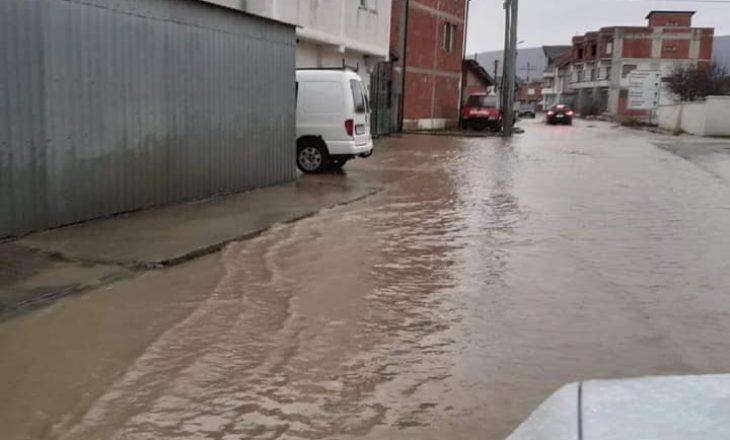 Sërish vërshime në Drenas, një rrugë bëhet e pakalueshme