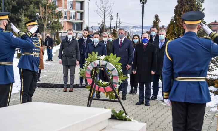 Zyrtarët e LDK-së bëjnë homazhe te varrit i Ibrahim Rugovës