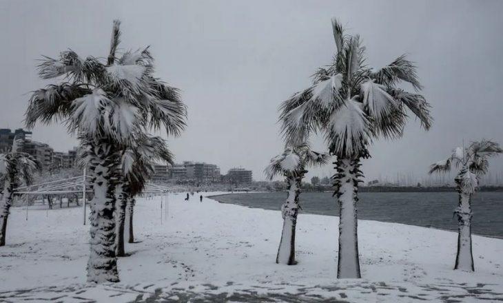 Reshje të rralla dëbore zbardhin Athinën (FOTO)