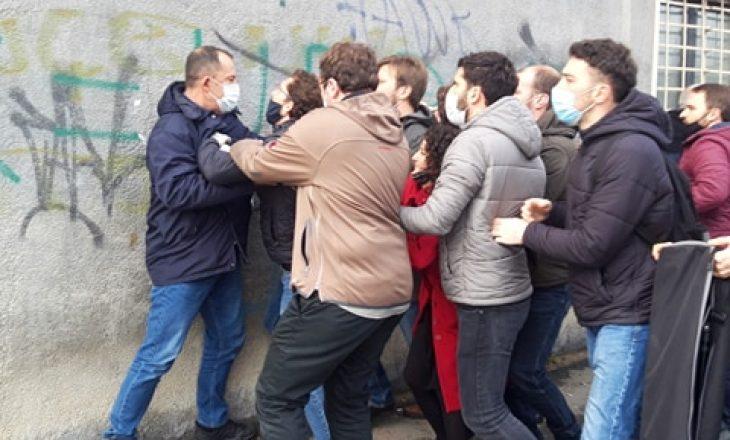 Policia ndërhynë në aksionin e PSD-së në objektin e Qeverisë