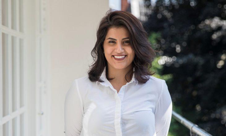 Aktivistja saudite Loujain al-Hathloul e cila kërkonte që gratë të kishin të drejta të vozisin makinën në Arabinë Saudite, është liruar nga burgu