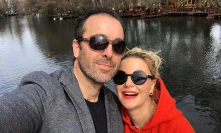 Pas bashkëshortit edhe moderatorja shqiptare ka dyshime se është infektuar me COVID-19