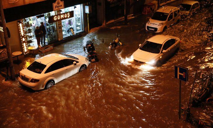 Nga përmbytjet në Izmir dy persona humbin jetën