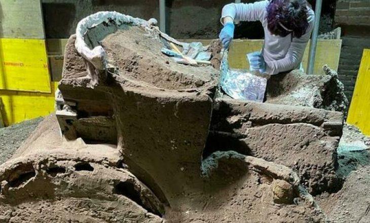 Arkeologët zbulojnë një karrocë të lashtë romake pranë Pompeit