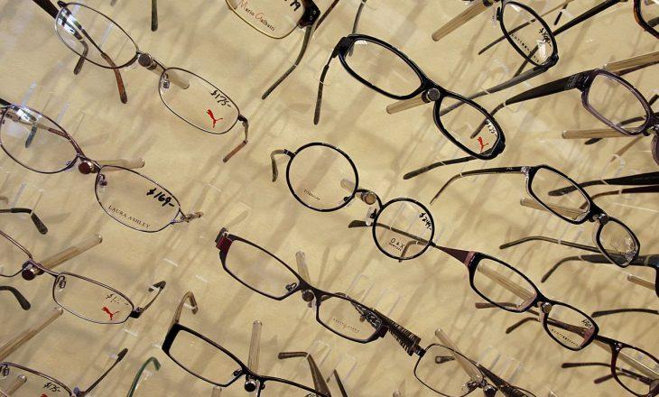 Mbajtja e syzeve mund t'ju mbrojë nga infektimi me COVID-19