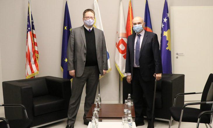 Ambasadori britanik flet pas vizitës në LDK