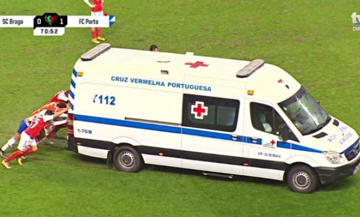 Ambulanca hyri në fushën e lojës për të ndihmuar lojtarin e lënduar, mirëpo doli nga fusha e lojës e ndihmuar nga lojtarët