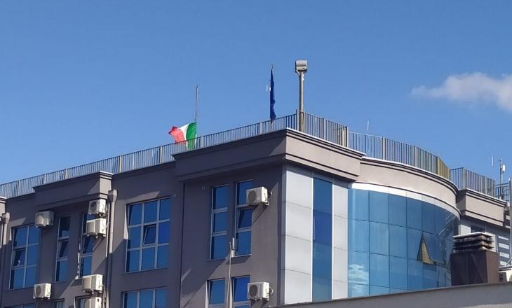 Ambasada e Italisë në Prishtinë vendosë flamurin në gjysmështizë