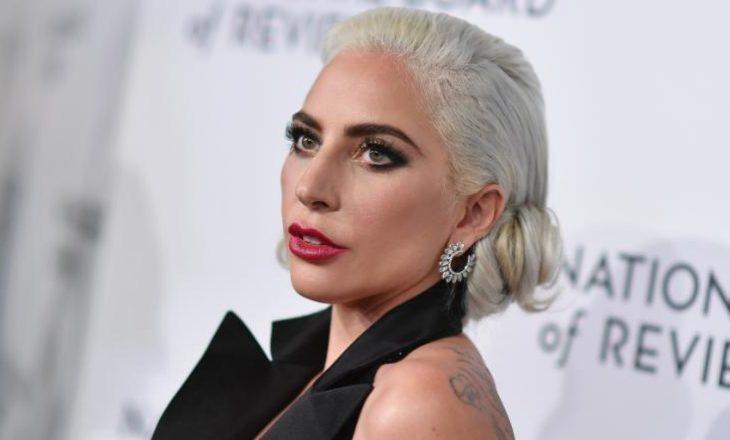 Shëtitësi i qenve të Lady Gaga-s qëllohet me armë dhe dy qentë e saj rrëmbehen