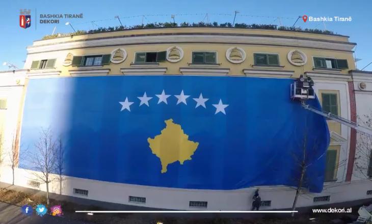 Bashkia e Tiranës vendos flamurin e Kosovës para objektit të saj