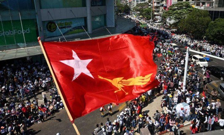 Kundërshtimi i grusht-shtetit në Burma, gruaja që u qëllua në kokë gjendet në situatë kritike