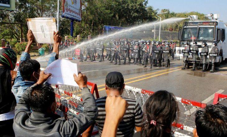 Protesta në Burma kundër grusht-shtetit, policia hedh ujë mbi masën