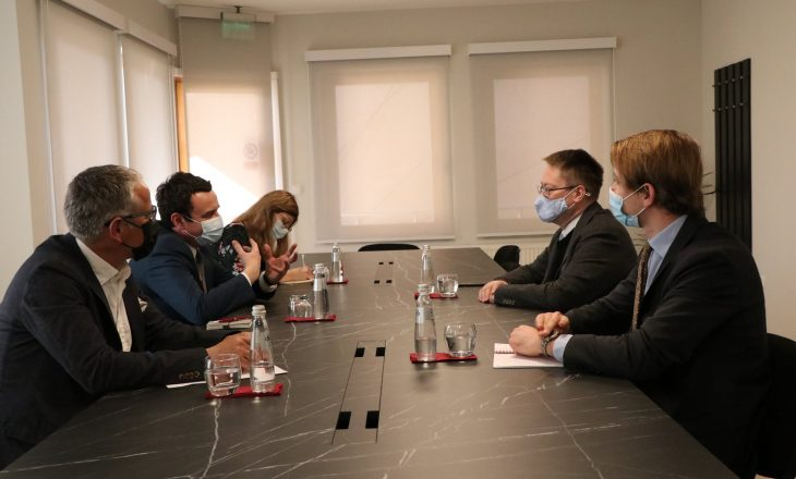 Ambasadori britanik takohet me Albin Kurtin