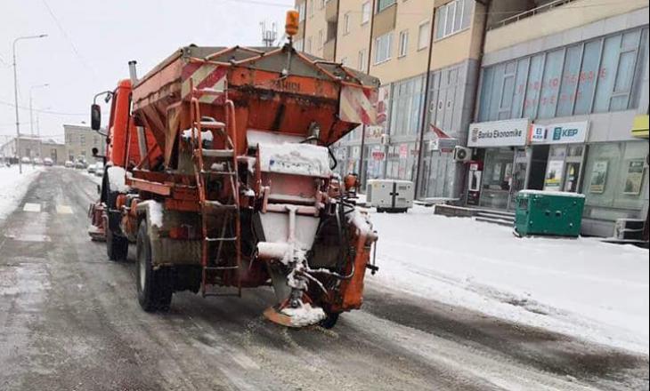 Reshjet e borës vështirësojnë lëvizjen në rrugët e Drenasit