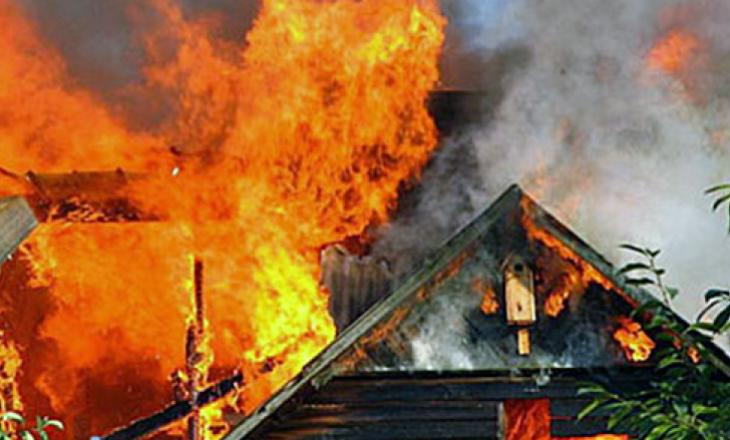 Një shtëpi në Prishtinë përfshihet nga zjarri