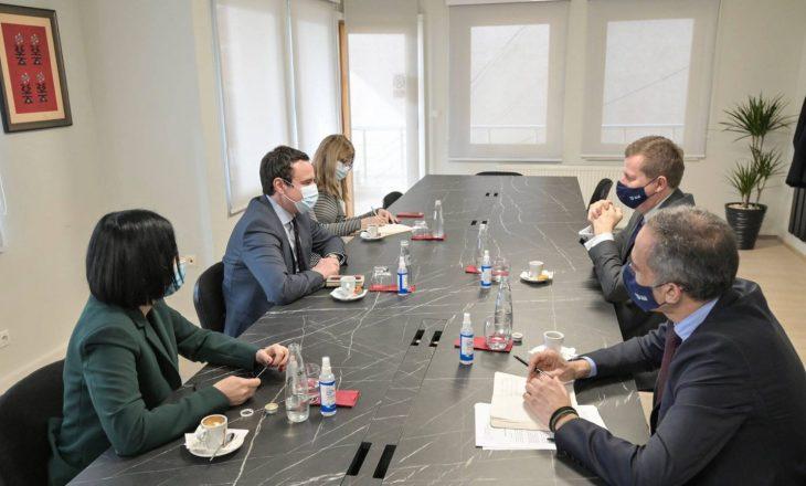 Kurti pret në takim Shefin e Zyrës së BE-së, flet për prioritetet e qeverisë së re