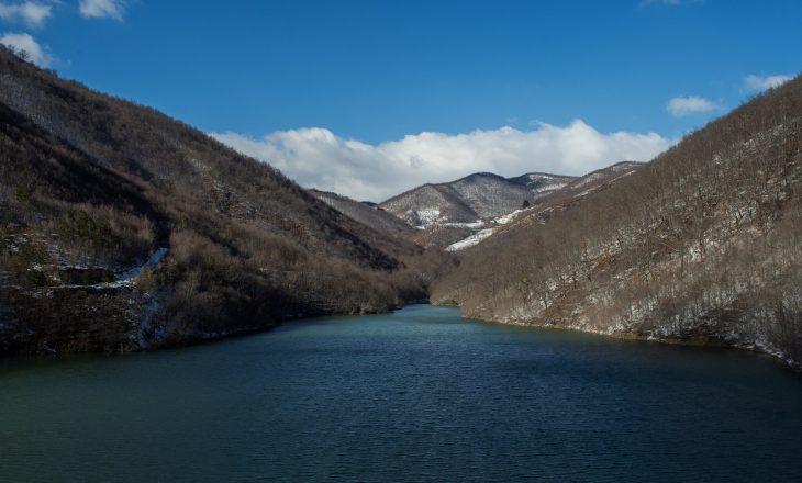 NYT: Si të bashkoni një Kosovë thellësisht të ndarë? Emërtojeni një liqen me emrin Trump