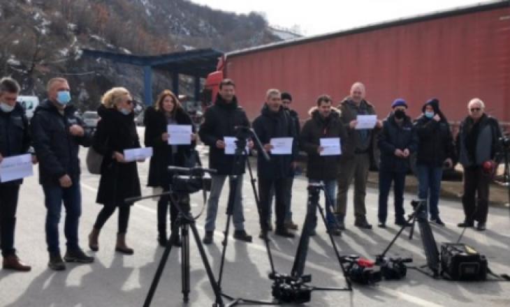 """Gazetarët serbë protestojnë në kufirin Kosovë-Serbi për """"shkeljen e lirisë së medias"""""""