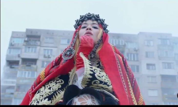Duhet të shihni Rita Orën me veshje kombëtare në videoklipin e ri