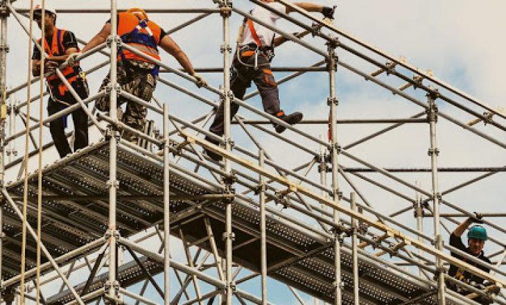 Bie nga lartësia e ndërtesës një person në Prishtinë
