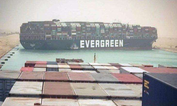 Kanali i Suezit bllokohet nga një anije e madhe