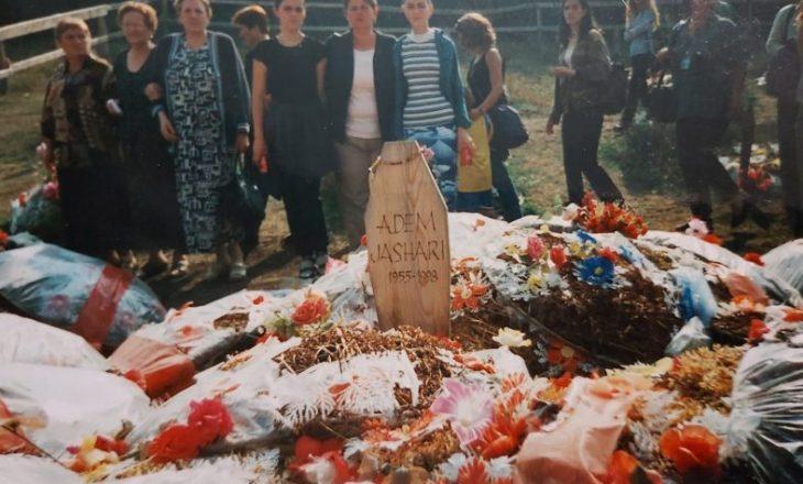 Publikohet foto e varrit të Adem Jasharit në vitin 2000