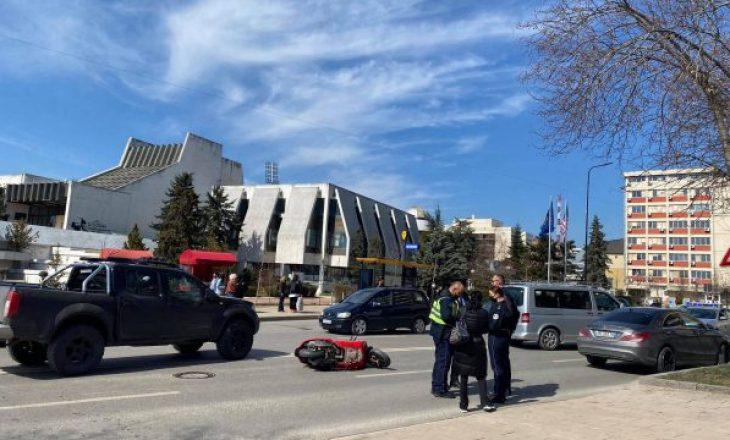 Aksident mes veturës dhe motoçikletës në Prishtinë, një i lënduar