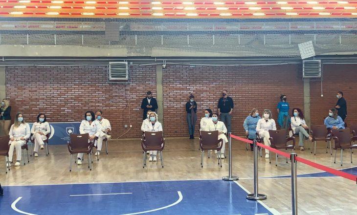 """Fillojnë përgatitjet për shpërndarjen e vaksinave në sallën """"1 Tetori"""" në Prishtinë"""