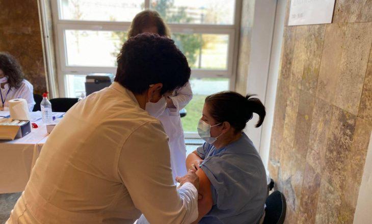 Mjekët që u vaksinuan kundër COVID-19 u bëjnë apel qytetarëve: Po ndihemi mirë, vaksinohuni