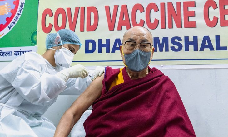 Udhëheqësi shpirtëror tibetian Dalai Lama merr vaksinën anti-COVID
