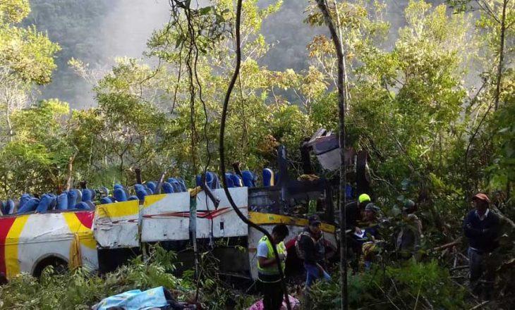 Nga rënia e autobusit në humnerë, 21 persona kanë humbur jetën në Bolivi