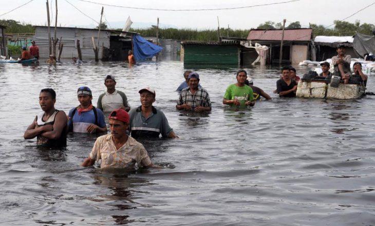 Nga përmbytjet e shkaktuara nga shirat në Kolumbi, 45 persona kanë humbur jetën