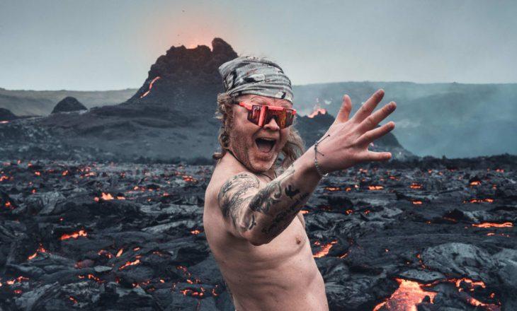 Ky burrë jo vetëm që u afrua shumë afër lavës por edhe u zhvesh për një fotografi