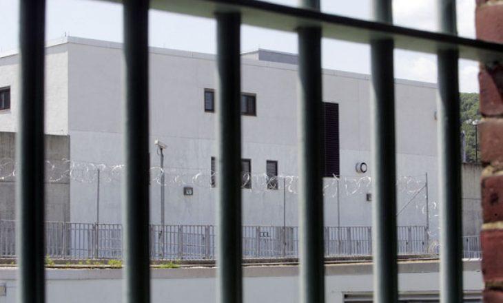 Pas 25 vitesh burg, lirohen tre amerikanë pasi u shpallën të pafajshëm