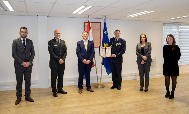 """Në përvjetorin e nisjes së luftimeve të NATO-s, i ndahet medalje """"Urdhëri i Lirisë""""pilotit Peter Tankink"""