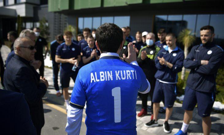 Kurti viziton përfaqësuesen e Kosovës, veshë fanellën me numrin 1