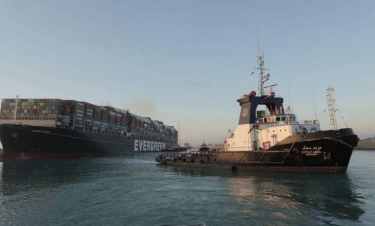 Pas shtatë ditëve zhbllohet anija në Suez