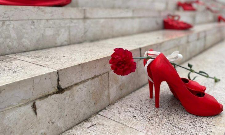 Pse shkallët e bulevardit të Durrësit u vërshuan nga këpucë të kuqe?