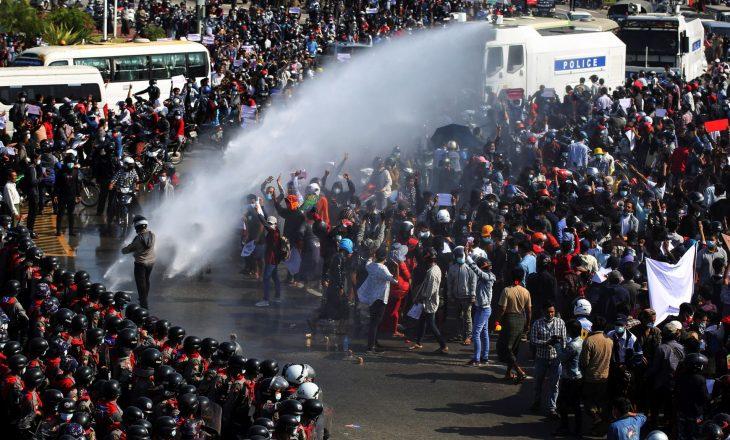 'Të gatshëm për të vdekur': Protestuesit e Mianmarit mblidhen pas sulmeve brenda natës
