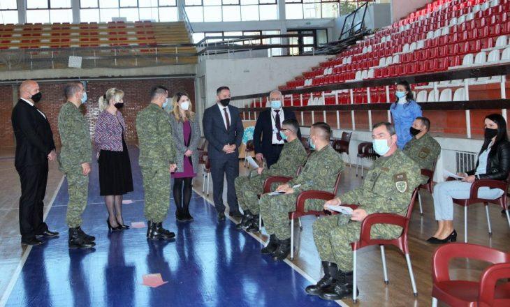 Fillon vaksinimi i personelit të shërbimit mjekësor të FSK-së