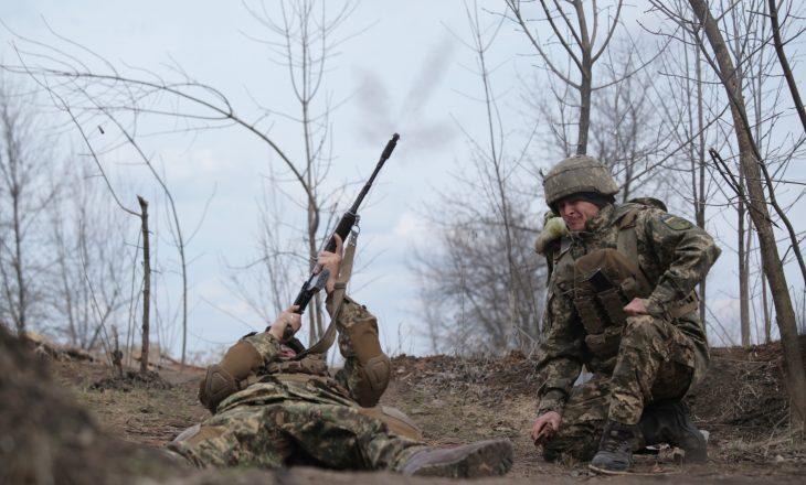 Rusia dhe Ukraina dëbojnë diplomatët e njëra-tjetrës mes tensioneve në rritje mes tyre