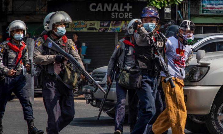 Shtatë policë humbën jetën nga sulmet e protestuesve kundër grushtit të shtetit në Mianmar