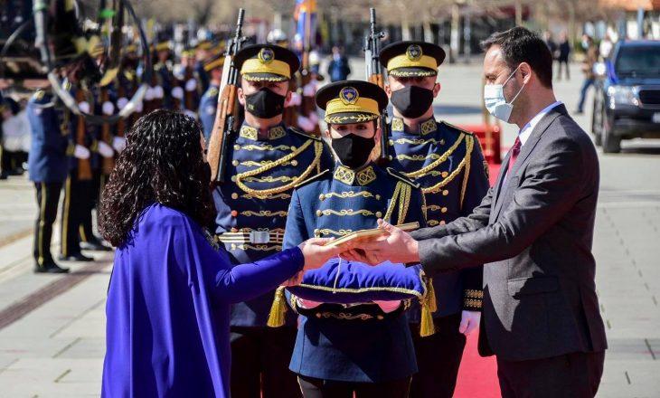 Konjufca: I nderuar që ia dorëzova Kushtetutën e Kosovës presidentes Osmani