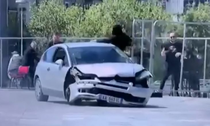 Incident në sheshin e Tiranës, një 22 vjeçar ndalon veturën që po lëvizte në drejtim të qytetarëve (VIDEO)